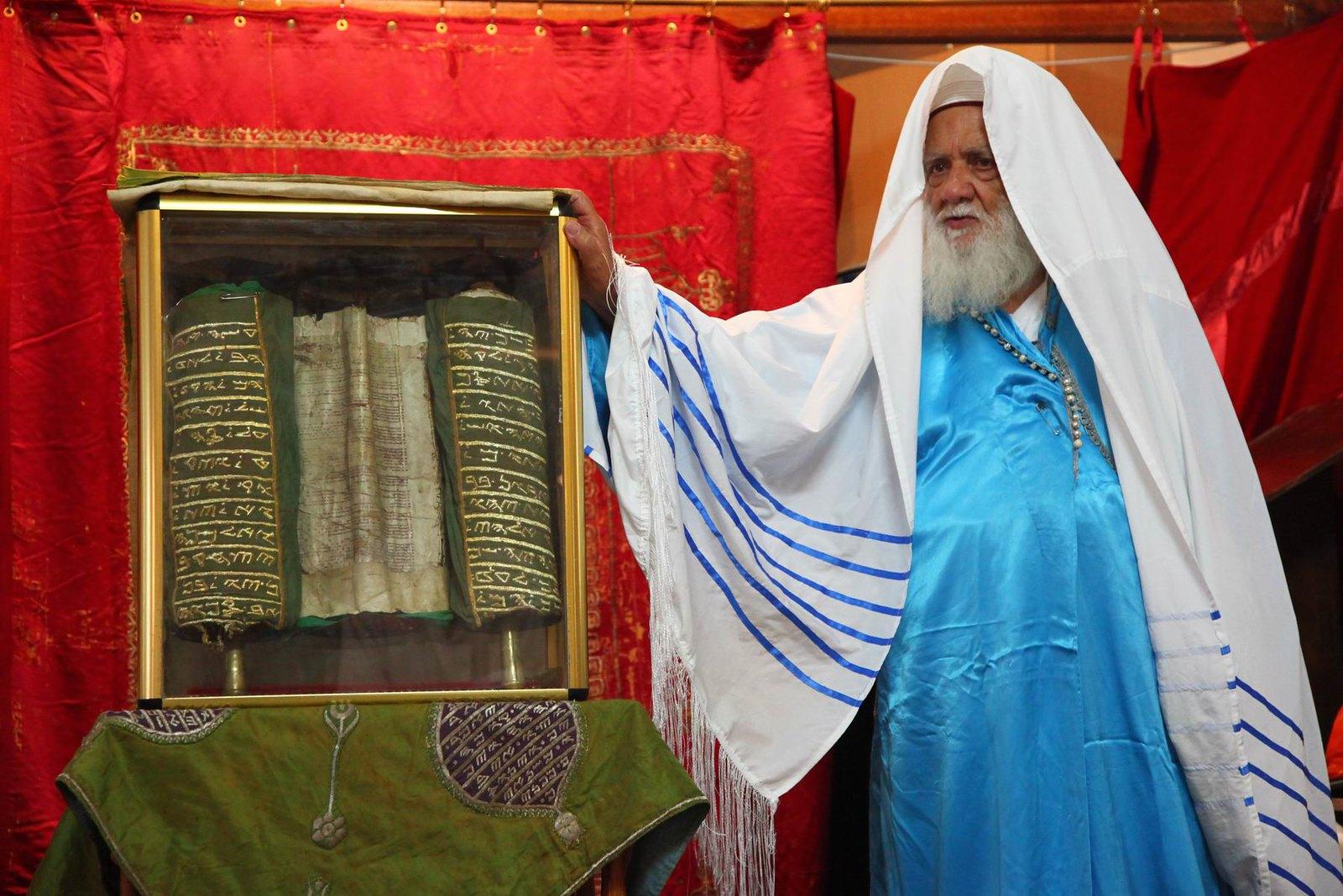 כהן שומרוני ליד הספר שכתב אבישוע.